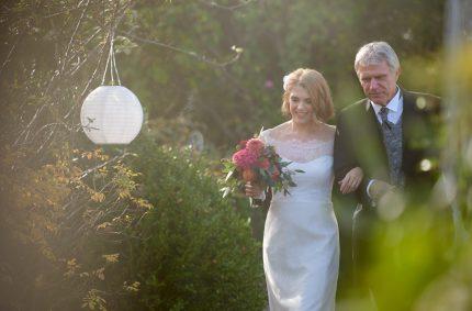 schmales Spitzen Hochzeitskleid